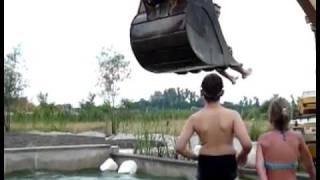 Игры с экскаватором в бассейне ( видео-прикол )(Видео приколы на http://rukud.ru/video/, 2011-08-12T11:39:32.000Z)