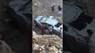 """""""فيديو"""" شاهد  حادث  انقلاب مركبة من نوع """"يارس"""" بداخل حفرية تحت الإنشاء على نهاية شارع الحج"""