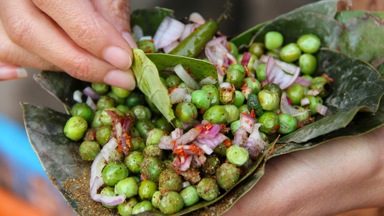 Indian Street Food in Varanasi - Fried Mutter (Green Peas in a Leaf Bowl!)