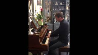 Piano player randomly stuns hairdressing staff at The Arch in Newcastle! Wow!!