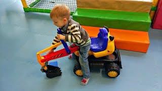 Экскаватор сломался в Центре Развлечений для Детей