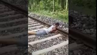Detik detik bunuh diri terlindas kereta