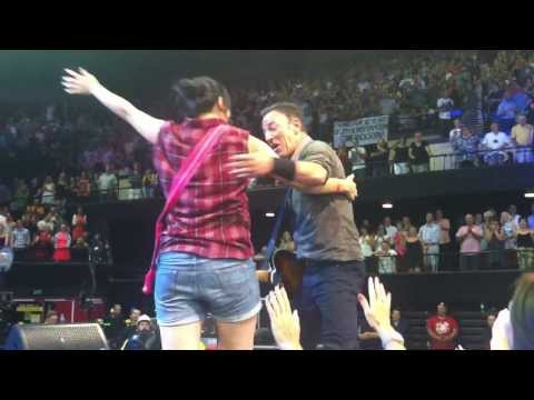 "Bruce Springsteen Dancing in the Dark ""Hey GIRLS!!"" Adelaide 12/2/2014"