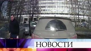 ВМоскве внедорожник заблокировал проезд автомобилю детской скорой помощи.