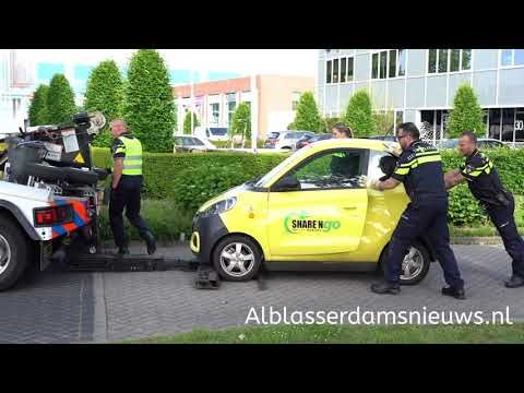 Politie neemt auto's