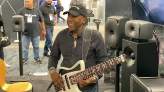 Download lagu Stevie Wonder surprises Nathan East at Namm 2020!
