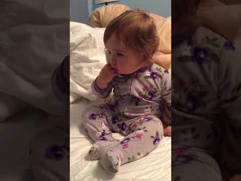 美1岁半宝宝模仿CEO妈妈打电话 网友笑翻