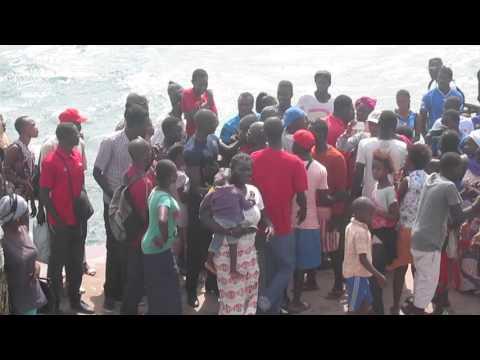 """Panique à Gorée, la chaloupe """"Mame Coumba Lamb"""" échoue sur la plage"""
