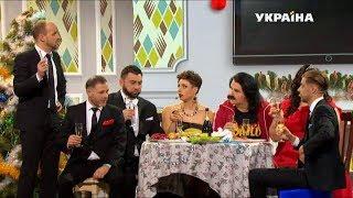 Большая семья собралась перед телевизором | Новогоднее Шоу Братьев Шумахеров