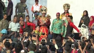 bupati cirebon drs h sunjaya purwadisastra mm dalam kemeriahan acara the caruban carnival