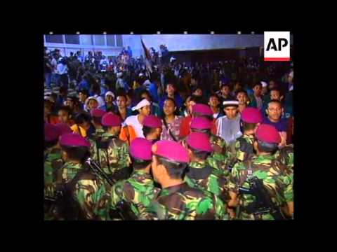 INDONESIA: JAKARTA: TROOPS END STUDENT OCCUPATION OF PARLIAMENT