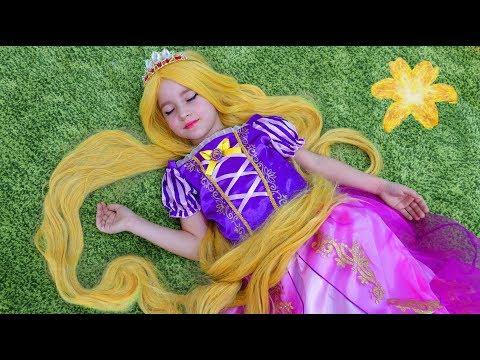 София становится Принцессой Рапунцель и Играет в Новый игровой Домик для детей