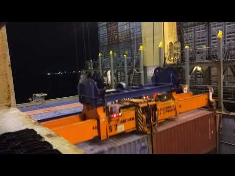 Super post Panamax Ship to Shore crane, discharging from hold