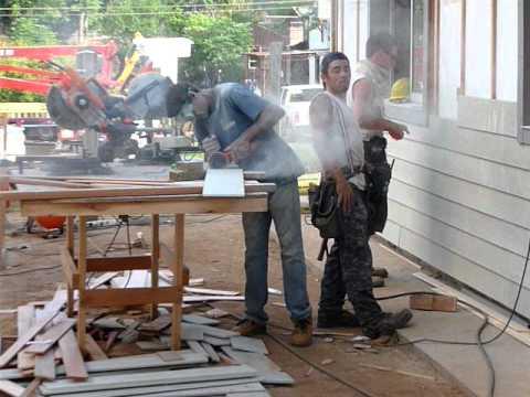 Casa de estructura de madera colocaci n de revestimiento de tinglado de fibrocemento siding 3 - Paneles de fibrocemento ...
