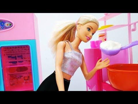 Bambole Barbie - Giochi per bambini. Barbie cucina i ravioli