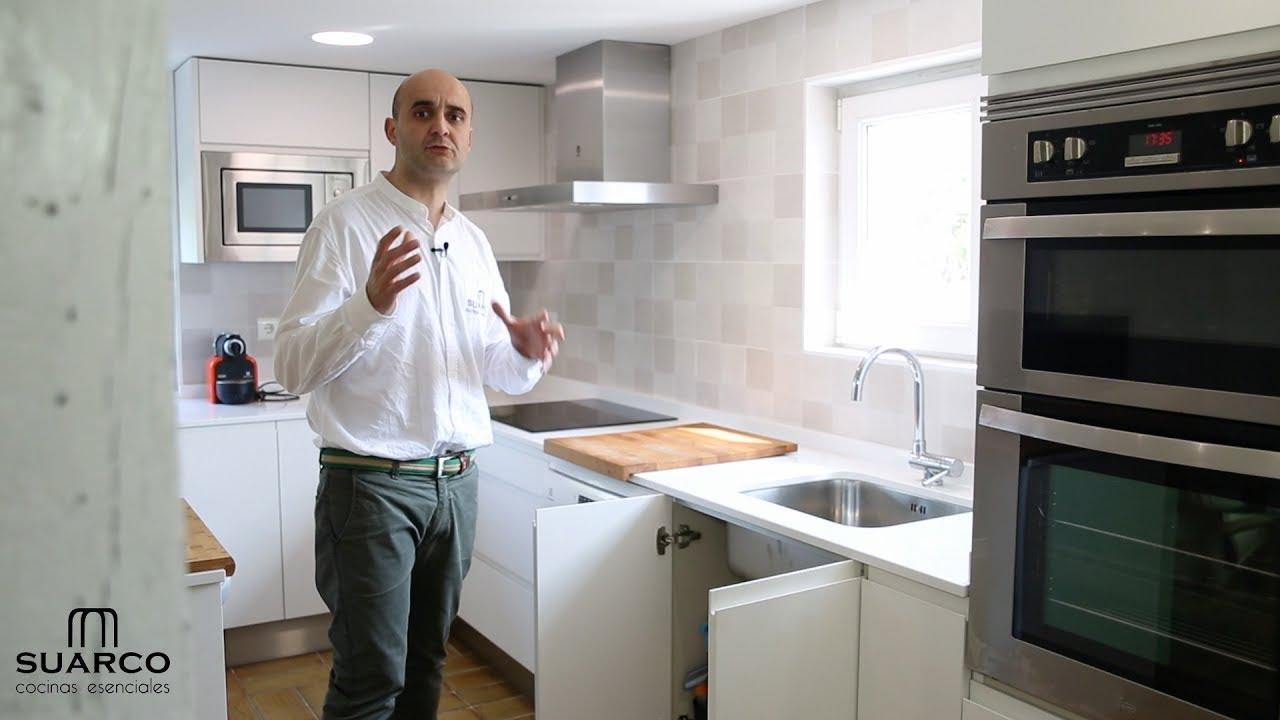 Cocina moderna blanca sin tiradores en casa de campo con encimera de silestone youtube - Cocina blanca sin tiradores ...