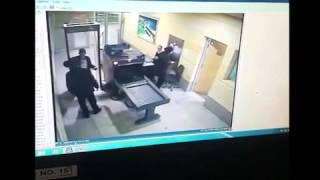الداخلية تنشر فيديو للحظة تفتيش مختطف الطائرة المصرية ذاتيًا في مطار برج العرب
