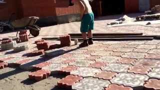 Норик укладывает плитку во дворе(через YouTube Объектив., 2015-08-04T15:04:58.000Z)