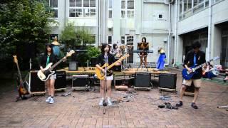 文化祭中庭ライブのためのリハーサル風景です。 ボーカルはN先生に代わ...