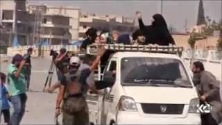 بالفيديو.. نساء يحرقن النقاب ورجال يحلقون اللحية بعد تحرير مدينتهم فى سوريا من داعش
