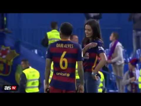 Dani Alves celebrando la victoria de la Copa  Del Rey con su novia