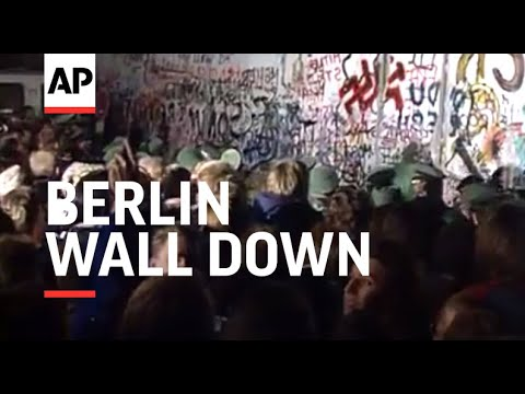 The-Berlin-Wall-comes-down-1989