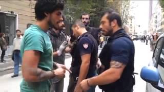 "Poliziotto ad un angelo del fango: ""Mantieni le distanze o ti arresto"". Caos in corso Buenos Aires"