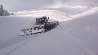 Работа ратрака на горнолыжном склоне  возле креселки