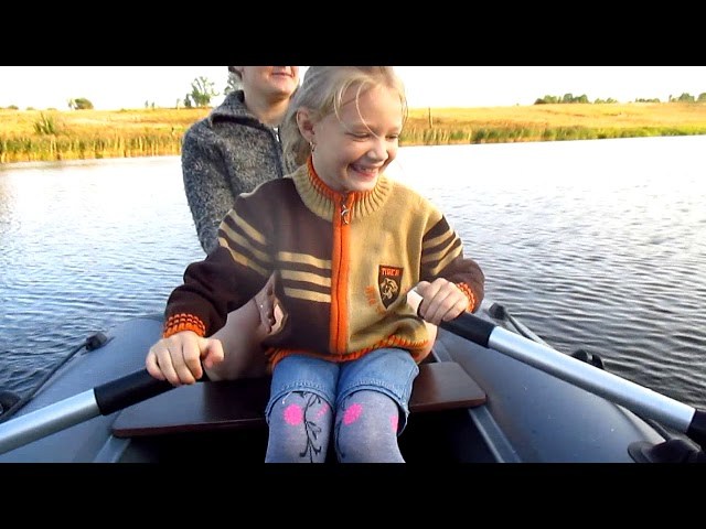 Тася учится плавать на лодке