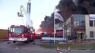 Brandweer druk bezig met het blussen van de brand in Waalwijk