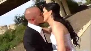 на свадьбе невеста поднимает жениха  И кружит его