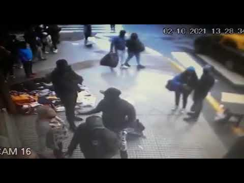 Brutal pelea en Once entre comerciantes y manteros que se habían puesto frente al local