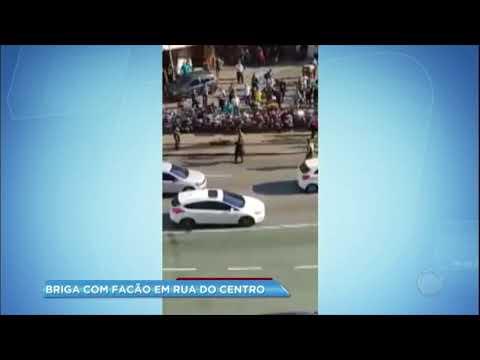Homem nu se envolve em briga no meio da rua e ameaça guardas municipais