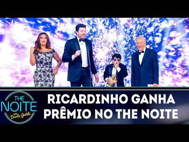 Ricardinho ganha prêmio no The Noite Awards  | The Noite (11/03/19)