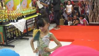"fashion show Gaun Pesta top Model televisi ""Marsya Dwivani R. Y."""