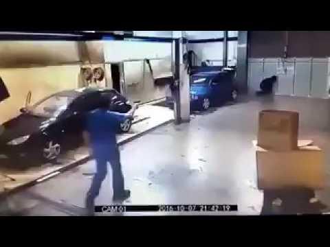 """هدد عاملًا بـ""""مسدس"""" فأخذه منه وجعله يغسل السيارات"""