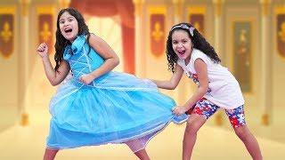 MARIA CLARA E SUA AMIGA QUEREM O MESMO VESTIDO - Maria Clara and her friend want the same dress.