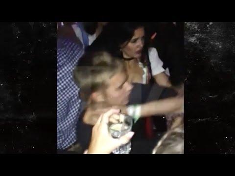Justin Bieber Atacado en Discoteca Alemana e ¿Insulta a Fans?!