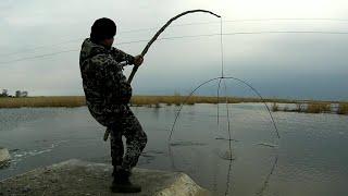 Карась ПРЁТ на ПАУК подъёмник Апрельское видео Рыбалка 2020