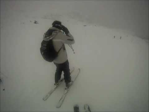Divertente caduta con gli sci