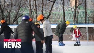 Enjoying ice skating at center of Seoul... outdoor skating rink opens at Seoul Plaza...