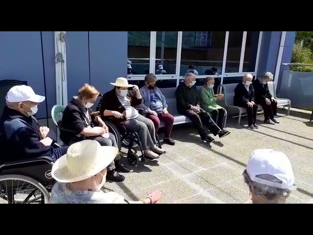 Sesión de gerontogimnasia al sol