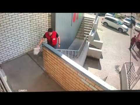 Сотрудник Красное и Белое подбрасывает в подъезд пакет с мусором