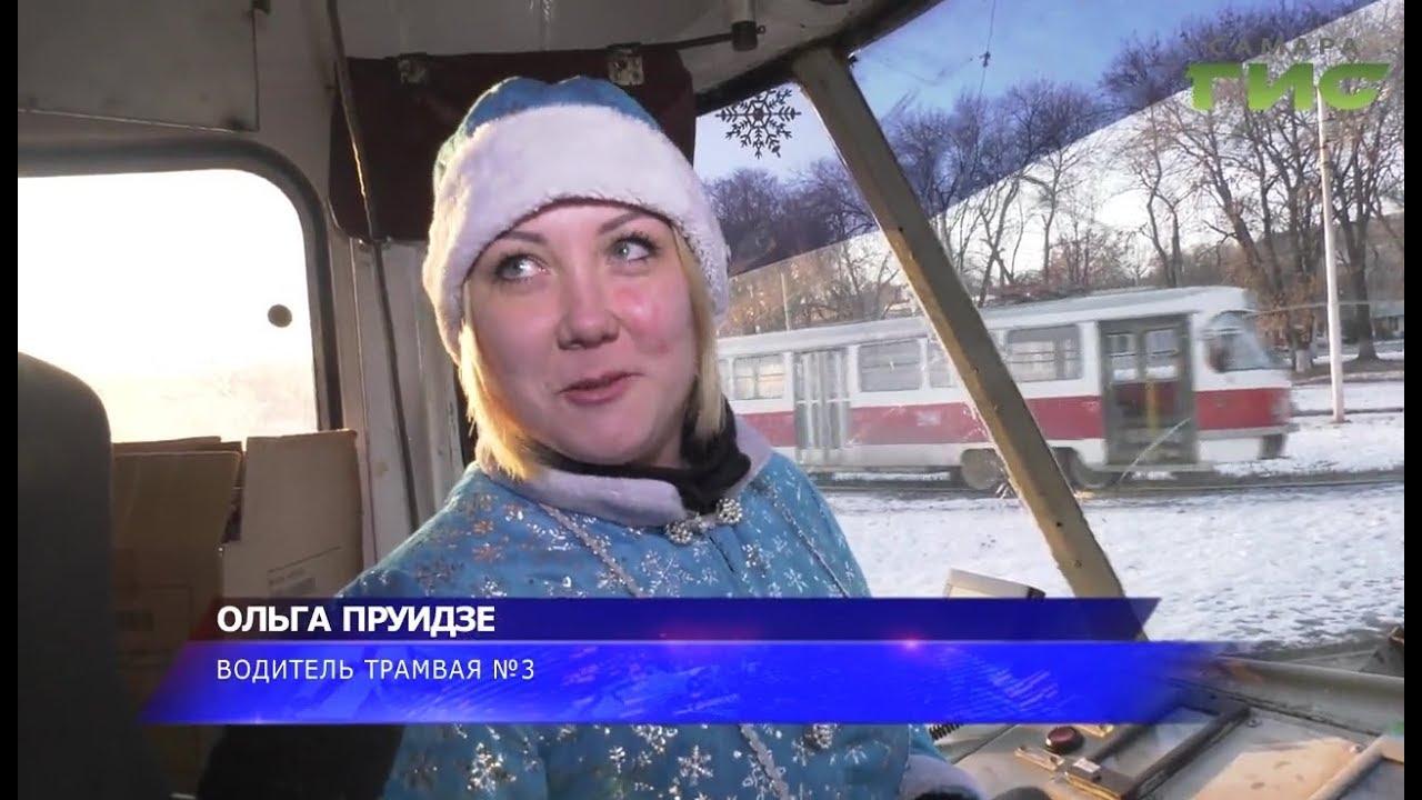Попурри из известных новогодних песен под баян. Жителей Самары радуют в автобусах и трамваях