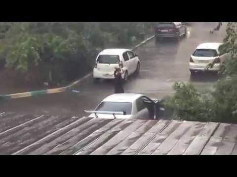 "Улан-удэнец танцует под дождём. Видео ИА ""Байкал-Daily"""