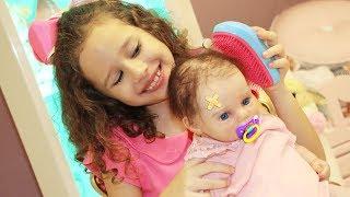 Valentina finge Brincar de ser babá da bebê reborn Diana