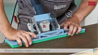 Řezání jolly hrany s přenosnou řezačkou u slinuté rektifikované dlaždice