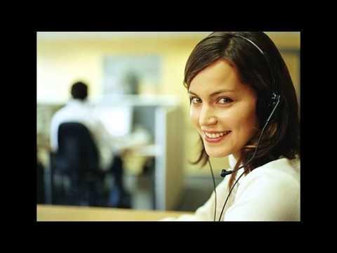 Vendedora telefónica atiende a un cliente difícil