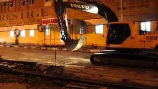 Демонтаж трамвайных путей. 8(812)332-54-69(http://zamusorom.ru/demontazh-zhd-putej.htm Демонтаж жд путей усложняется тем, что они прибиты