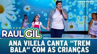 Ana Vilela puxa criança para cantar o sucesso